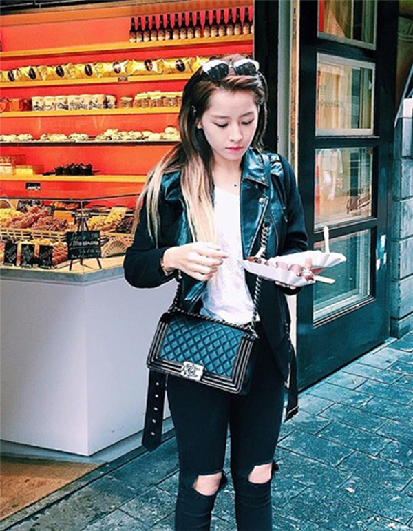 Ngoài ra, Chi còn có sở thích sưu tập kính mắt, giày dép, túi xách hàng hiệu của các thương hiệu: Dior, Chanel...