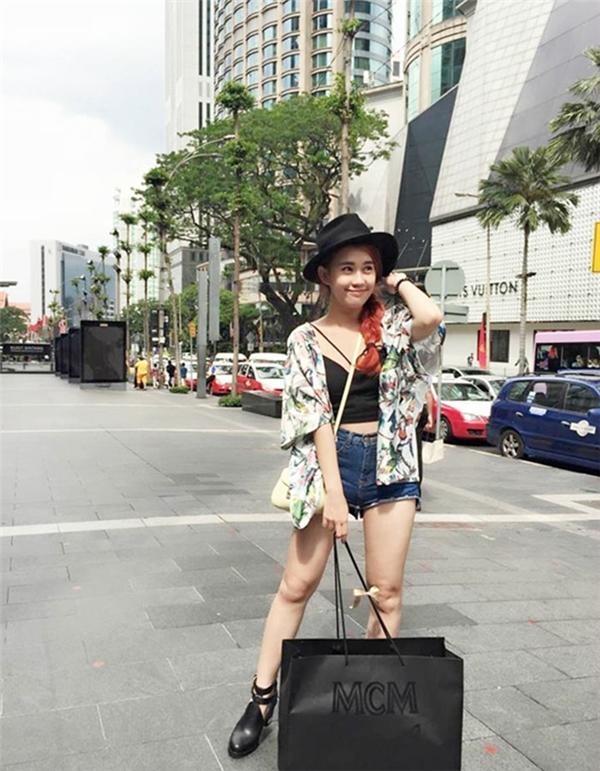 Tháng 8 vừa qua, hotgirl này kết hợp công tác và đi du lịch đến Malaysia. Trên trang cá nhân, Thảo liên tục up hình mua sắm hàng hiệu ồ ạt.
