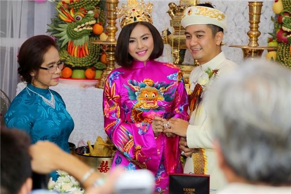 Vân Trang đeo nhẫn cho ông xã Hữu Quân - Tin sao Viet - Tin tuc sao Viet - Scandal sao Viet - Tin tuc cua Sao - Tin cua Sao
