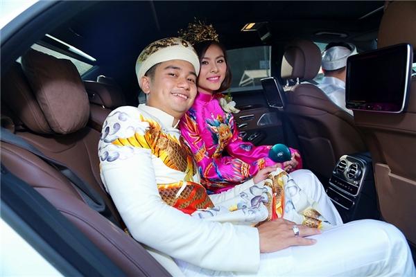 Hai vợ chồng sẽ tổ chức đám cưới tại một khách sạn sang trọng ở Tp.HCM vào chiều nay,với sự tham gia của bạn bè hai bên gia đình. - Tin sao Viet - Tin tuc sao Viet - Scandal sao Viet - Tin tuc cua Sao - Tin cua Sao