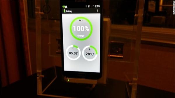 Thí nghiệm sạc iPhone tăng từ 12 - 100% trong 5 phút.
