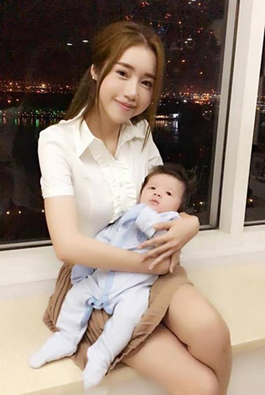 Elly Trần hạnh phúc bên con trai mới chào đời (Ảnh: vnexpress.net) - Tin sao Viet - Tin tuc sao Viet - Scandal sao Viet - Tin tuc cua Sao - Tin cua Sao