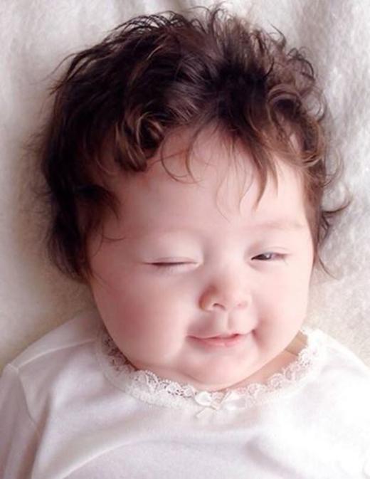 Bé Cadie lúc mới chào đời và em trai Alfie xinh xắn, kháu khỉnh hệt như nhau. (Ảnh: vnexpress.net) - Tin sao Viet - Tin tuc sao Viet - Scandal sao Viet - Tin tuc cua Sao - Tin cua Sao