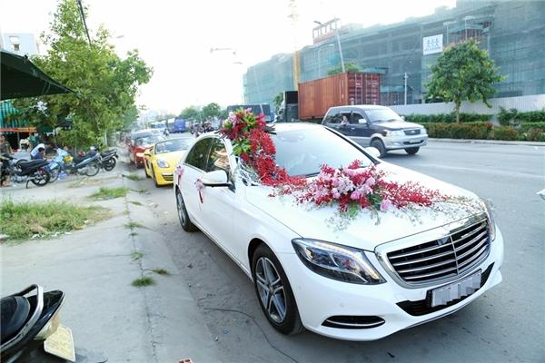 Hàng xe xếp dài trước nhà riêng của Vân Trang thu hút sự chú ý của nhiều khán giả. - Tin sao Viet - Tin tuc sao Viet - Scandal sao Viet - Tin tuc cua Sao - Tin cua Sao