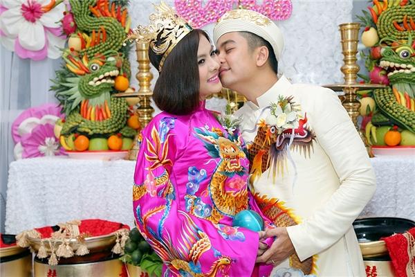Chú rể Hữu Quân cười tít mắt vì lấy được cô vợ Vân Trang xinh đẹp - Tin sao Viet - Tin tuc sao Viet - Scandal sao Viet - Tin tuc cua Sao - Tin cua Sao