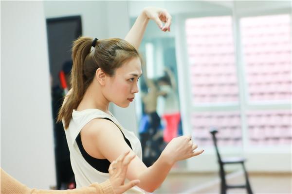 Luôn muốn mọi thứ phải hoàn hảo, vì thế Mỹ Tâm đều dành ra hơn tám tiếng mỗi ngày để tập nhảy và luyện thanh. - Tin sao Viet - Tin tuc sao Viet - Scandal sao Viet - Tin tuc cua Sao - Tin cua Sao