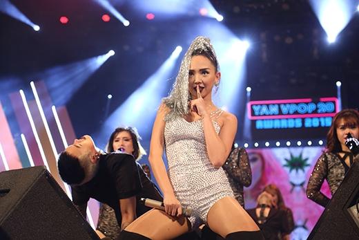 Phần trình diễn bốc lửa của Tóc Tiên trên sân khấu YAN Vpop 20 Awards 2015.