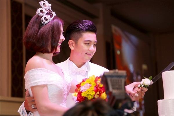 Hai vợ chồng cùng nhau cắt bánh cưới - Tin sao Viet - Tin tuc sao Viet - Scandal sao Viet - Tin tuc cua Sao - Tin cua Sao