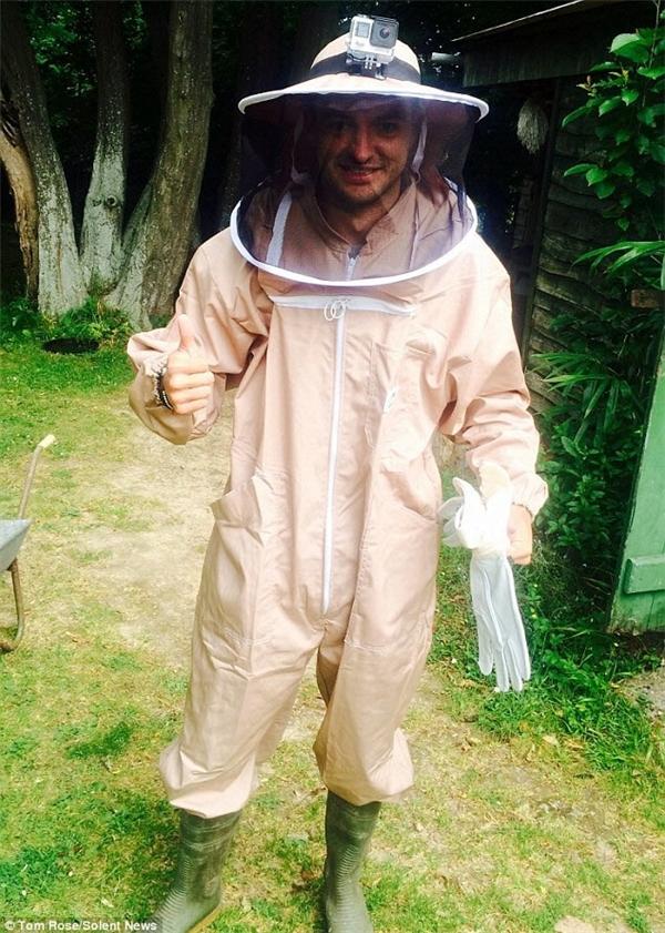 Mặc dù sợ côn trùng, 9X vẫn dành tuần thử thách thứ 26 để trải nghiệm công việc nuôi ong. 'Tôi thường lên kế hoạch trước 3-4 tuần. Tôi dự trù một số công việc có thể nhanh chóng hoàn thiện để thay thế cho thử thách không làm được' - Tom cho hay.