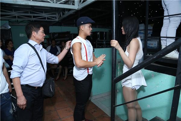 Sau phần khởi động, quán quân Vietnam Idol 2015đã nhận được sự chăm sóc của bố. Ông luôn đồng hành cùng cậu con trai trong các chường trình mà anh tham gia. - Tin sao Viet - Tin tuc sao Viet - Scandal sao Viet - Tin tuc cua Sao - Tin cua Sao