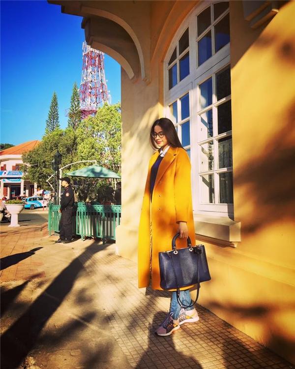 Tại đây, tiết trời lạnh mát mẻ đã giúp Phạm Hương có thể chưng diện nhiều trang phục đặc trưng của mùa Thu - Đông như áo phông tay dài, áo măng tô dáng dài. Màu sắc được Hoa hậu Hoàn vũ Việt Nam 2015 kết hợp khá cân đối, hài hòa giữa nóng-lạnh, sáng-tối.