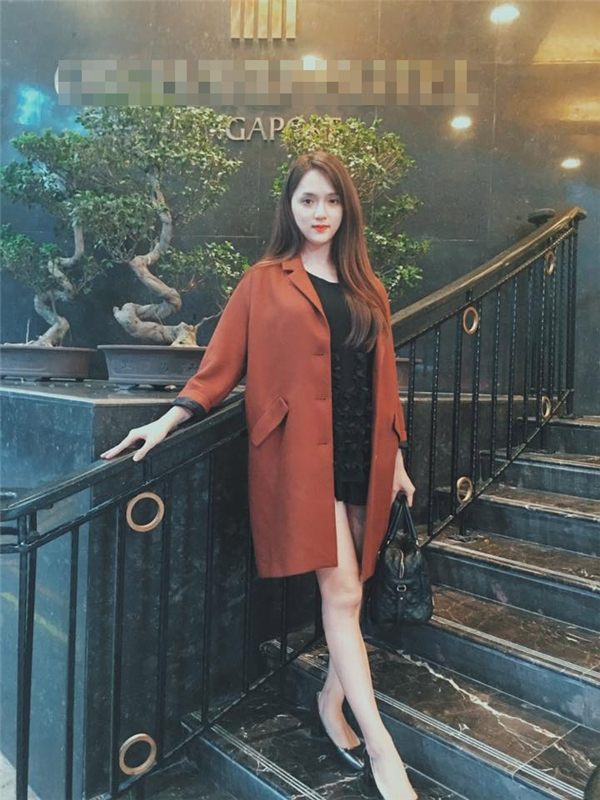 Cả cây đen của Hương Giang Idol trở nên nổi bật, bắt mắt hơn nhờ chiếc áo khoác dáng rộng tông màu cam đất bên ngoài. Mặc dù mùa thời trang Xuân - Hè đã chính thức bắt đầu nhưng những dư vị của mùa Thu - Đông vừa qua hầu như vẫn còn khá thu hút các tín đồ thời trang.