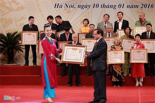 Diễn viên múa Linh Nga cũng được trao tặng NSƯT. Ảnh: Anh Tuấn - Tin sao Viet - Tin tuc sao Viet - Scandal sao Viet - Tin tuc cua Sao - Tin cua Sao