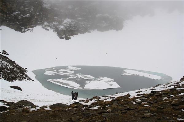 Cảnh đồ Roopkund lúc bị băng tuyết bao phủ. (Ảnh: Internet)