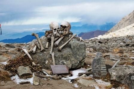 Bọ xương nằm rải rác gần hồ. (Ảnh: Internet)