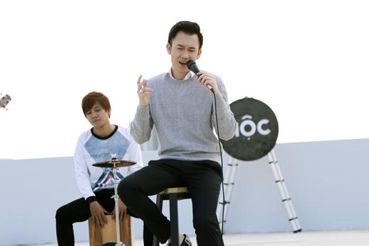 Dương Triệu Vũ bảnh bao ngồi hát tình ca