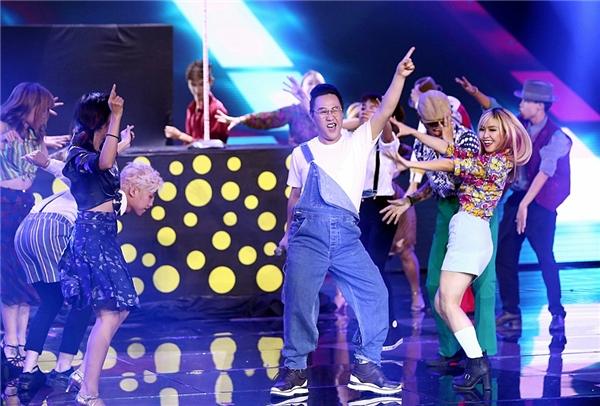 Phong cách thời trang đặc biệt của vũ đoàn gợi nhớ đến cácsàn nhảy disco vàonhững thập niên xưa cũ. - Tin sao Viet - Tin tuc sao Viet - Scandal sao Viet - Tin tuc cua Sao - Tin cua Sao