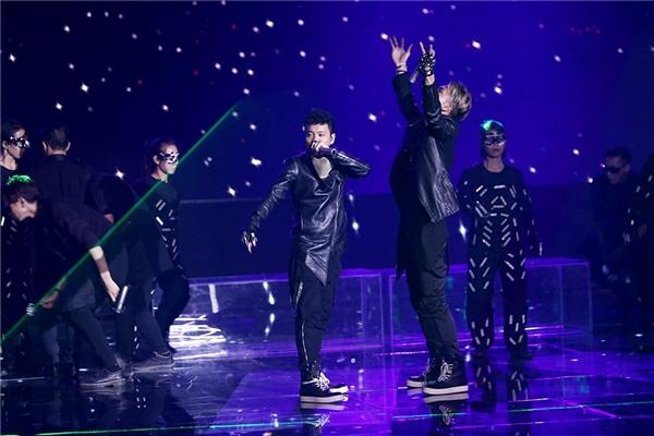 Những vũ công trong bộ trang phục đèn LED đủ màu sắc tạo điểm nhấn ấn tượng cho màn trình diễn. - Tin sao Viet - Tin tuc sao Viet - Scandal sao Viet - Tin tuc cua Sao - Tin cua Sao