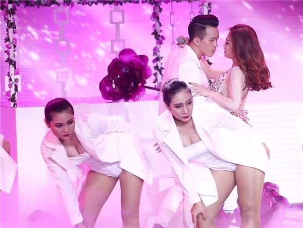 Trong bộ cánh đính sequin lấp lánh nữ ca sĩ tự tin thể hiện vũ đạo quyến rũ cùng sự hỗ trợ của dàn vũ công. - Tin sao Viet - Tin tuc sao Viet - Scandal sao Viet - Tin tuc cua Sao - Tin cua Sao