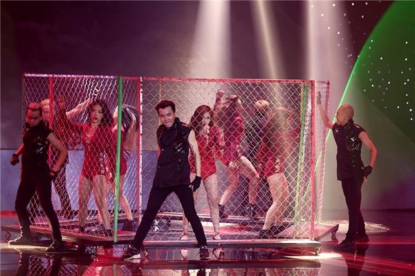 Hoàng Thùy Linh xuất hiện cùng vũ công trong chiếc lồng sắt được dựng giữa sân khấu - Tin sao Viet - Tin tuc sao Viet - Scandal sao Viet - Tin tuc cua Sao - Tin cua Sao