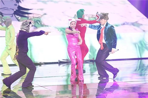 Ngô Kiến Huy đã có màn tranh đấuhài hướccùng vũ công ngay trong màn trình diễn. - Tin sao Viet - Tin tuc sao Viet - Scandal sao Viet - Tin tuc cua Sao - Tin cua Sao