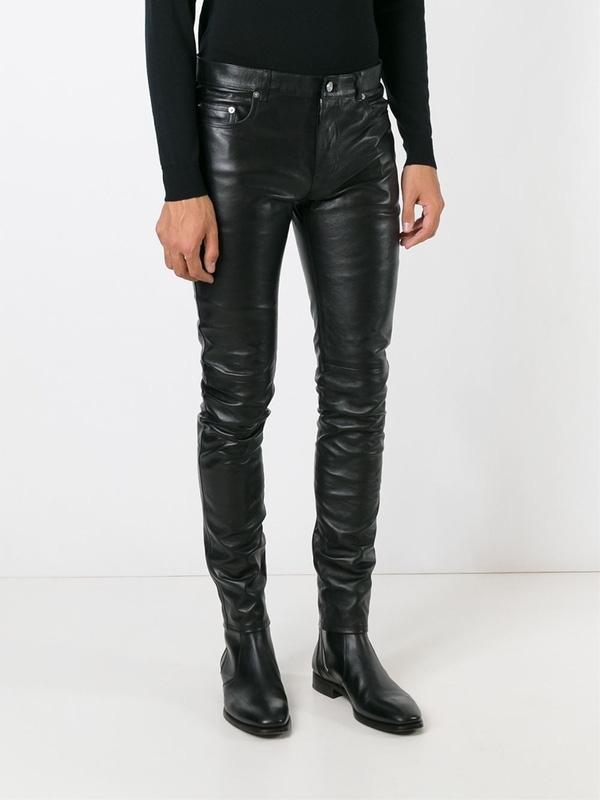 Chiếc quần da ôm sát có giá gần 50 triệu đồng.