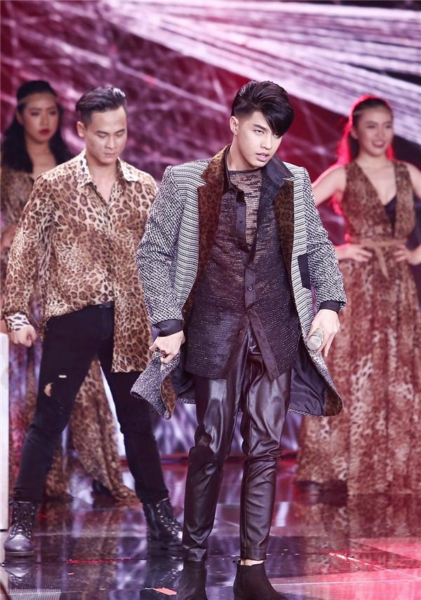 Với sự giúp đỡ của stylist đình đám Travis Nguyễn, Noo Phước Thịnh xuất hiện trên sân khấu với phong cách thời trang vô cùng bắt mắt. - Tin sao Viet - Tin tuc sao Viet - Scandal sao Viet - Tin tuc cua Sao - Tin cua Sao