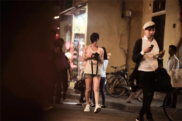 Xa Thi Mạn mang theo máy ảnh để ghi lại vẻ đẹp của Hội An. - Tin sao Viet - Tin tuc sao Viet - Scandal sao Viet - Tin tuc cua Sao - Tin cua Sao