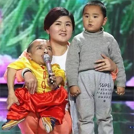 Chị Trương một tay ôm chồng, một tay ôm con với vẻ mặt rạng ngời hạnh phúc. (Ảnh: Internet)