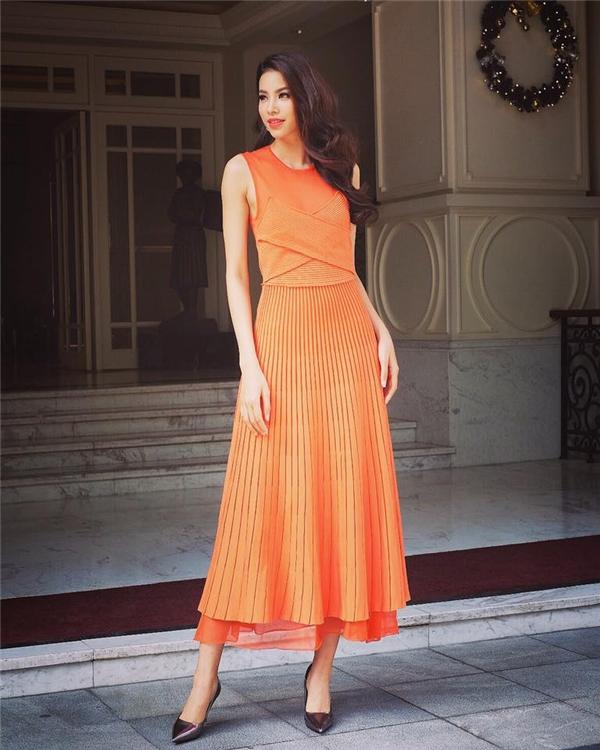 Mới đây, khi tham dự một chương trình tại Hà Nội, Phạm Hương mang đến vẻ ngoài thanh lịch, hiện đại nhưng không kém phần sang trọng khi diện bộ váy có tông cam rực rỡ của nhà mốt Salvatore Ferragamo. Thiết kế tạo ấn tượng bởi những đường xếp li tinh tế hợp xu hướng.