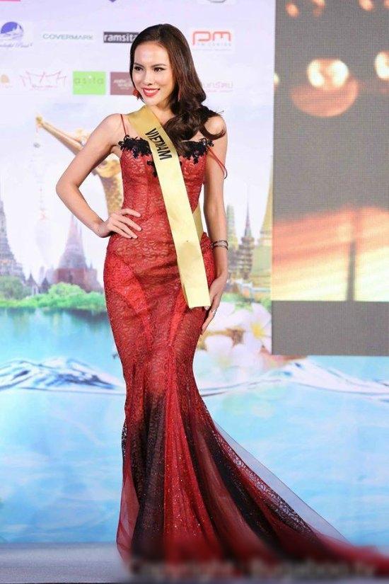 Sau một khoảng thời gian dài vắng bóng, Elly Trần đã chính thức xuất hiện trong một sự kiện vào tối qua. Hot girl đình đám diện lại bộ váy mà Lệ Quyên từng mang đến Hoa hậu Hòa bình Quốc tế 2015. Hai người đẹp gần như không hề kém cạnh nhau bởi tỉ lệ thân người cân đối, gợi cảm.