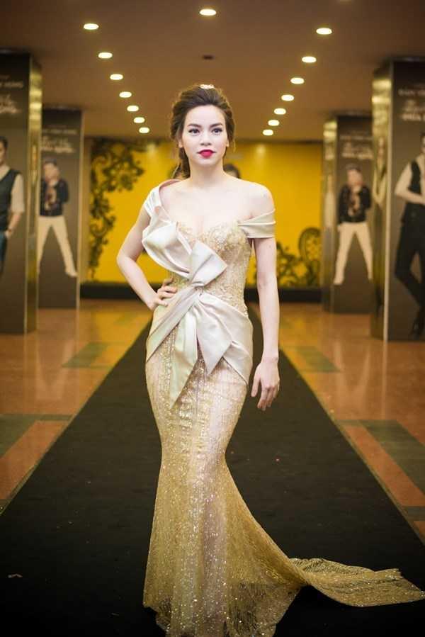 Huyền My và Hồ Ngọc Hà có tạo hình gần như tương tự nhau trong cùng mẫu váy xuyên thấu gợi cảm.