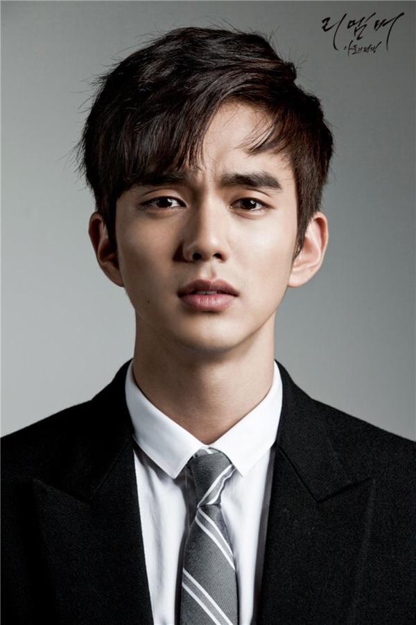 """Dù chỉ mới bước sang tuổi 23 nhưng Yoo Seung Ho lại có những yêu cầu đúng kiểu """"ông cụ non"""" đối với bạn gái. Nam diễn viên thích những cô gái diện trang phục tối màu, thích đọc sách và yêu thương con người lẫn động vật."""