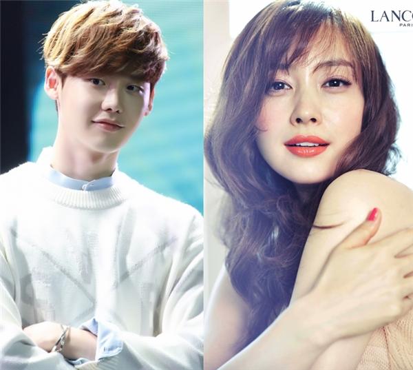"""Nếu là fan củaLee Jong Suk, hẳn ai cũng biết anh khá """"cuồng"""" đàn chịLee Na Young, mặc dù là """"hoa đã có chủ"""" nhưng nữ diễn viên nổi tiếng luôn là câu trả lời củaLee Jong Sukmỗi khi được hỏi về mẫu bạn gái lítưởng. Thậm chí, anh còn không ngần ngại trách móc Kim Woo Bin khi cậu bạn thân quên không xin chữ kí của Lee Na Young trong một lần hợp tác quảng cáo."""