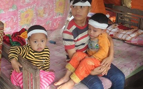 Hai em bé bất hạnh giờ đây trơ trọi giữa dòng đời khi còn chưa biết đời là gì... (Ảnh: VTC News)