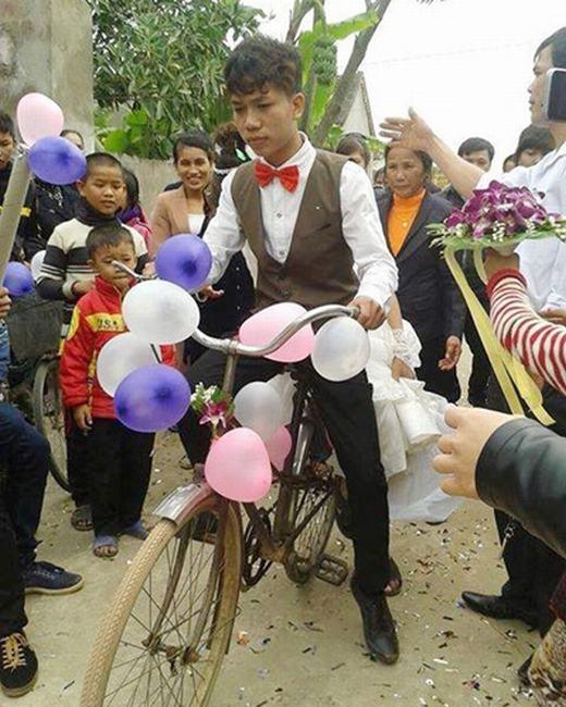 """Tại Việt Nam, cũng có một đám cưới giản dị bằng xe đạp, đó là ngày trọng đại của chú rể Trần Đình Quang, sinh năm 1993, trú xã Nam Anh, Nam Đàn, Nghệ An và côdâuNguyễn Thúy Tĩnh là người cùng quê. Với chiếc xe đạp """"cà tàng"""", đám rước dâu đã khiến mọi người phải ồ lên kinh ngạc. (Ảnh: Internet)"""
