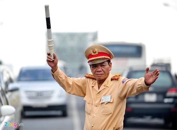 Suốt gần 20 năm gắn bó với nghề, thượng tá Đoàn luôn gắn bó với cầu Chương Dương thực hiện nhiệm vụ phân làn, điều tiết giao thông. Ông là ngườiđã thuyết phục và cứu khoảng 40 người có ý định nhảy cầu Chương Dương tự tử. Ảnh: Zing