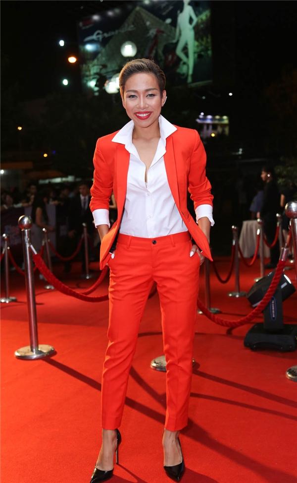 Thảo Trang gây ấn tượng với phong cách menswear với bộ trang phục màu cam nổi bật. - Tin sao Viet - Tin tuc sao Viet - Scandal sao Viet - Tin tuc cua Sao - Tin cua Sao