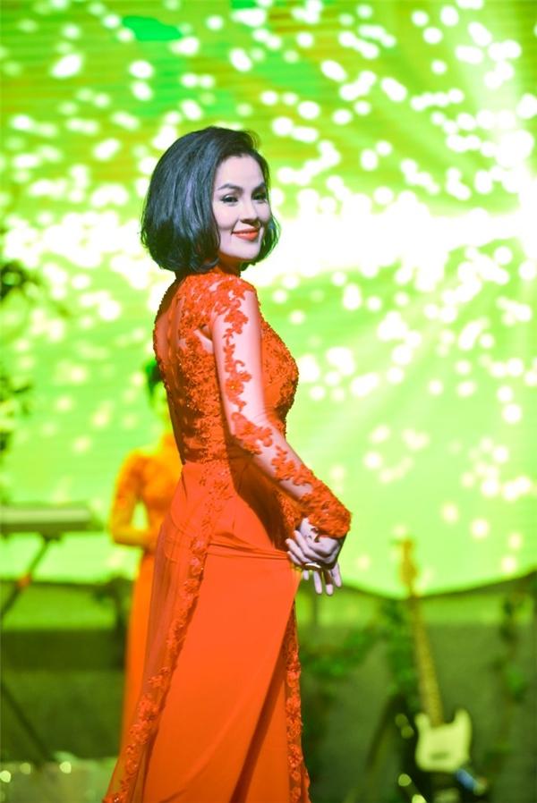 Phương Lê rất thích nét đẹp dân gian của hoa sen, cũng là quốc hoa của dân tộcnên cô đã mang theo mộtbó hoa sen thật đẹp từ Việt Nam sang để thể hiện trong phần thi trang phục áo dài của mình.