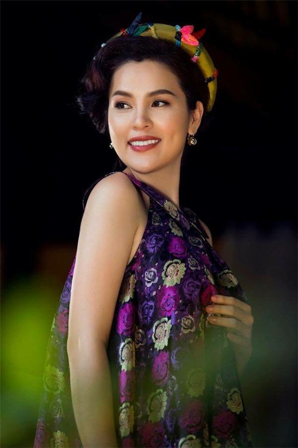 Khác với hình ảnh một nữ doanh nhân cứng nhắc, Phương Lê trong trang phục của nhà thiết kế Thủy Nguyễn đơn thuần chỉ là một người phụ nữ rất truyền thống của Việt Nam.