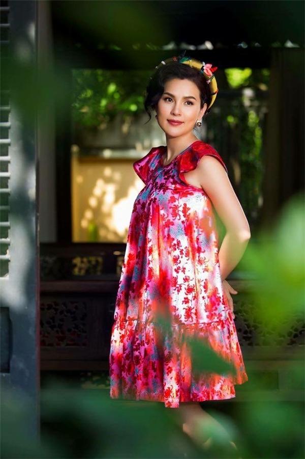 Là một người yêu nét đẹp văn hóa truyền thống Việt Nam, tất nhiên những chất liệu dân tộc sẽ không thể thiếu trong trang phục của nữ doanh nhân này.