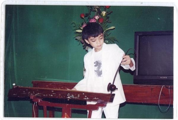 Nam ca sĩ biết chơi đàn bầu từ rất nhỏ. - Tin sao Viet - Tin tuc sao Viet - Scandal sao Viet - Tin tuc cua Sao - Tin cua Sao