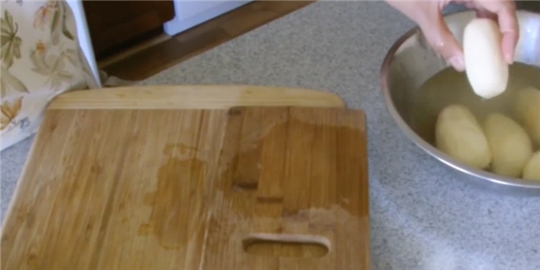 Bí kíp cắt khoai tây lốc xoáy siêu nhanh bằng tay