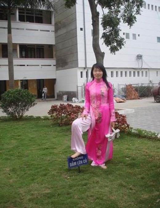 Phải chăng hành động này đã làm xấu mặt con gái, làm xấu hình ảnh thướt tha duyên dáng trong tà áo dài của con gái Việt.(Ảnh Internet)