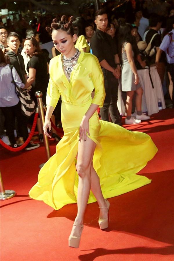 Tóc Tiên ấn tượng với chiếc váy màu vàng chanh nổi bật cùng đường xẻ giúp cô khoe khéo đôi chân thon dài. - Tin sao Viet - Tin tuc sao Viet - Scandal sao Viet - Tin tuc cua Sao - Tin cua Sao
