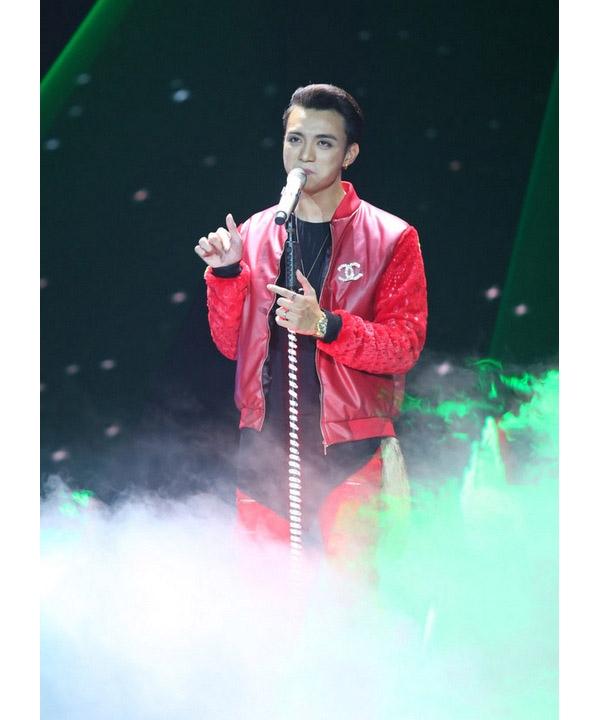 Đặc biệt, bộ trang phục trong đêm thi đầu tiên với hai tông màu đỏ đen khiến giới mộ điệu thời trang không tiếc lời khen ngợi Soobin Hoàng Sơn bởi cách kết hợp chất liệu tinh tế.