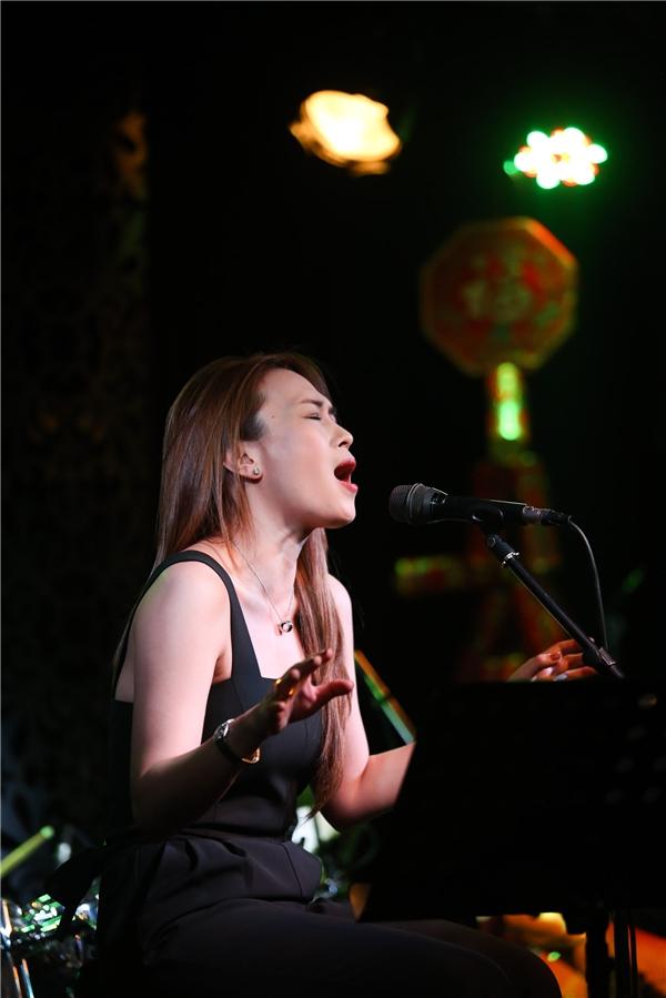Nữ ca sĩ xuất hiện tại buổi tập trong trang phục đơn giản và phong cách trang điểm tự nhiên,nhẹ nhàng. - Tin sao Viet - Tin tuc sao Viet - Scandal sao Viet - Tin tuc cua Sao - Tin cua Sao
