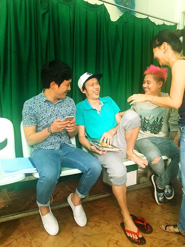 Các nghệ sĩ vui vẻ trò chuyện với nhau... - Tin sao Viet - Tin tuc sao Viet - Scandal sao Viet - Tin tuc cua Sao - Tin cua Sao