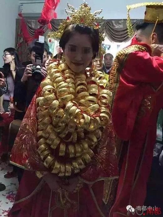 """Trên người cô dâu """"hoàng hậu"""" đeo đầy vàng. (Nguồn Internet)"""