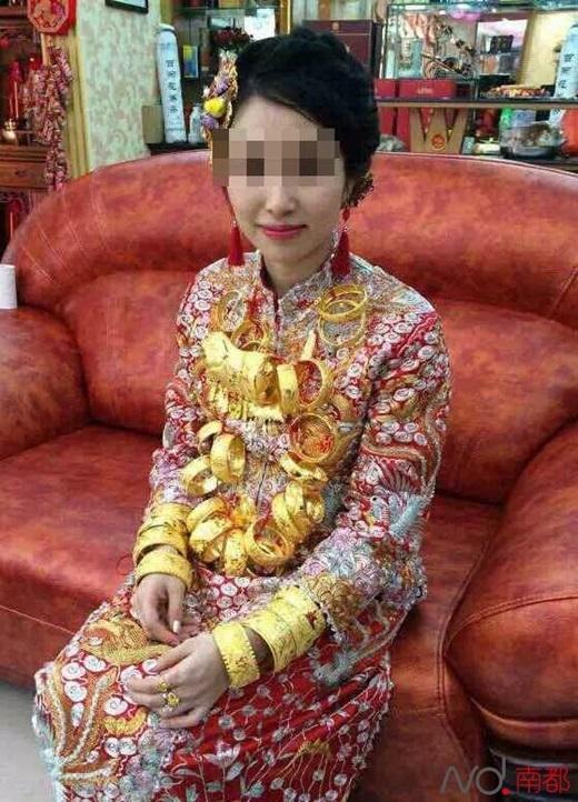 Trên người cô em dâu cũng đầy vàng như cô dâu hiện tại.(Nguồn Internet)
